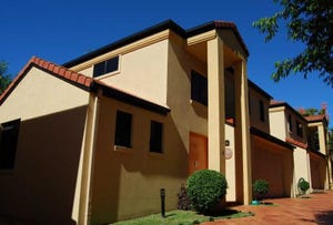 2/118 Pohlman Street, Southport, Qld 4215