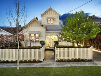 Weatherboard edwardian house exterior with picket fence & hedging - House Facade photo 527097