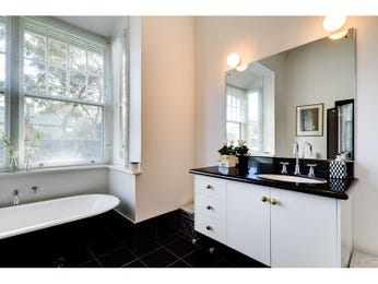 Classic bathroom design with claw foot bath using ceramic - Bathroom Photo 523205