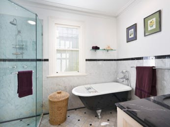 Modern bathroom design with claw foot bath using frameless glass - Bathroom Photo 524957