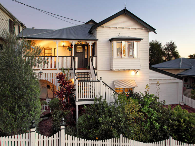 Weatherboard queenslander house exterior with balustrades for Modern weatherboard home designs