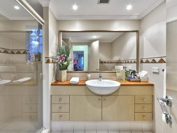 Frameless glass in a bathroom design from an Australian home - Bathroom Photo 878270