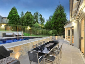 Freeform pool design using grass with outdoor dining & latticework fence - Pool photo 120252