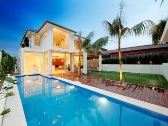 Geometric pool design using stone with cabana & hedging - Pool photo 759567