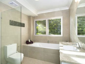 Modern bathroom design with recessed bath using frameless glass - Bathroom Photo 1223301