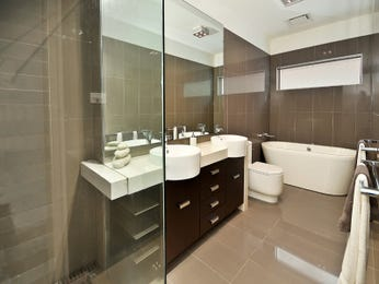 Modern bathroom design with freestanding bath using ceramic - Bathroom Photo 8477417
