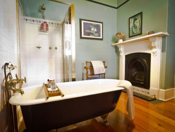 Classic bathroom design with spa bath using wood panelling - Bathroom Photo 124670