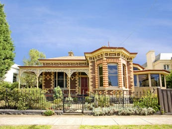 Brick queen anne house exterior with bay windows & landscaped garden - House Facade photo 430397