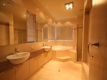 Classic bathroom design with bi-fold windows using tiles - Bathroom Photo 441946