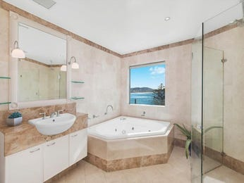 Frameless glass in a bathroom design from an Australian home - Bathroom Photo 8598977