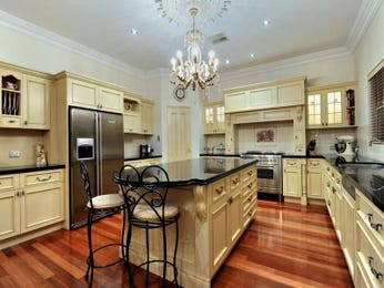 Classic island kitchen design using floorboards - Kitchen Photo 188512
