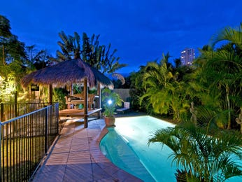 Freeform pool design using grass with cabana & decorative lighting - Pool photo 375171