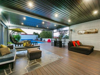 Indoor-outdoor outdoor living design with deck & outdoor furniture setting using slate - Outdoor Living Photo 1699449