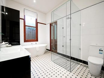 Modern bathroom design with freestanding bath using frameless glass - Bathroom Photo 501525