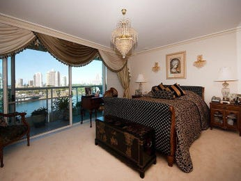 Classic bedroom design idea with carpet & balcony using neutral colours - Bedroom photo 252224