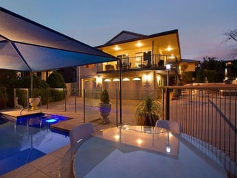 Geometric pool design using tiles with glass balustrade & decorative lighting - Pool photo 686907