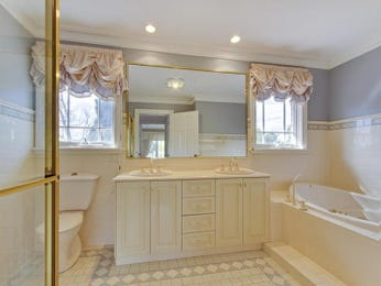 Country bathroom design with recessed bath using frameless glass - Bathroom Photo 257437