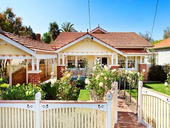 Brick californian bungalow house exterior with picket fence & landscaped garden - House Facade photo 258291