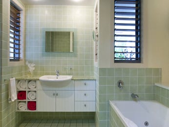 Country bathroom design with louvre windows using tiles - Bathroom Photo 450827