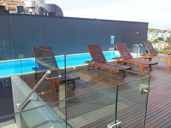 Geometric pool design using glass with decking & outdoor furniture setting - Pool photo 1494512