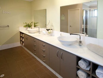 Modern bathroom design with built-in shelving using ceramic - Bathroom Photo 1063258