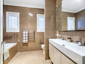 Modern bathroom design with built-in shelving using ceramic - Bathroom Photo 1552399