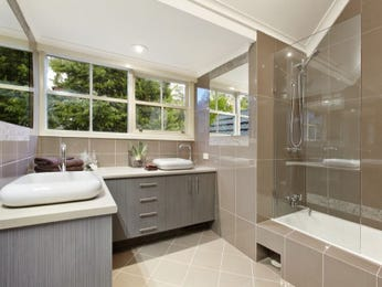 Modern bathroom design with sash windows using ceramic - Bathroom Photo 1195118