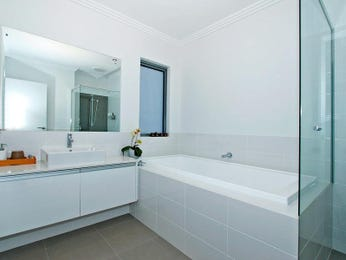 Modern bathroom design with recessed bath using ceramic - Bathroom Photo 671357