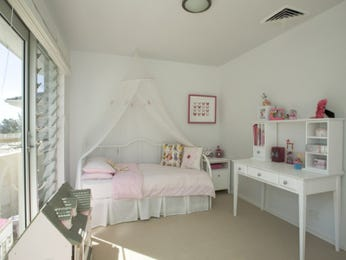 Children's room bedroom design idea with carpet & louvre windows using beige colours - Bedroom photo 463167