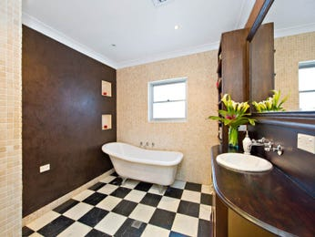 Retro bathroom design with claw foot bath using chrome - Bathroom Photo 521052