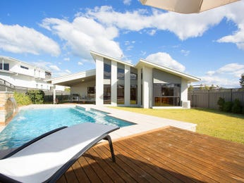 In-ground pool design using grass with decking & outdoor furniture setting - Pool photo 1429821