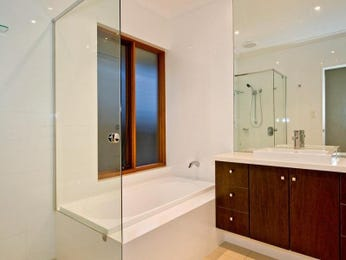 Modern bathroom design with recessed bath using ceramic - Bathroom Photo 1030612