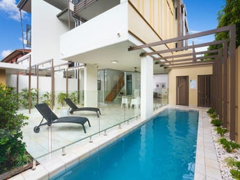 Geometric pool design using glass with glass balustrade & outdoor furniture setting - Pool photo 1557986