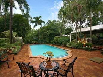 Freeform pool design using brick with outdoor dining & outdoor furniture setting - Pool photo 934581