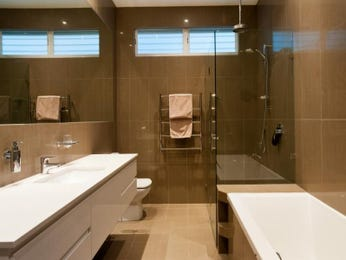 Modern bathroom design with recessed bath using frameless glass - Bathroom Photo 1330756