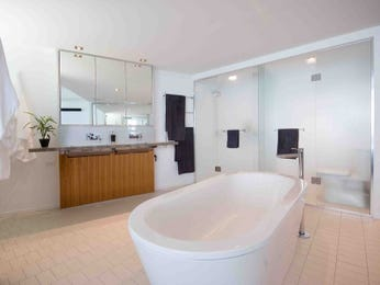 Modern bathroom design with freestanding bath using frameless glass - Bathroom Photo 914646
