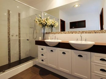 Classic bathroom design with twin basins using chrome - Bathroom Photo 1391319