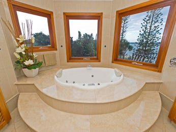 Classic bathroom design with recessed bath using marble - Bathroom Photo 478633