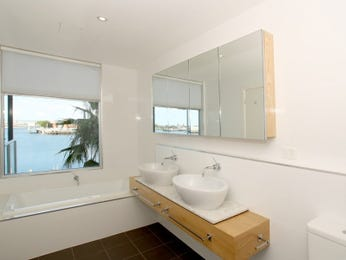 Modern bathroom design with twin basins using chrome - Bathroom Photo 840306