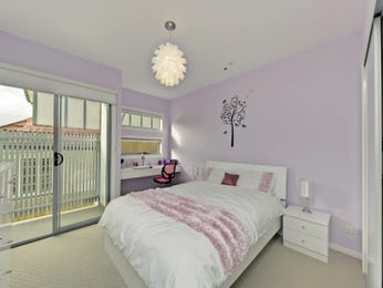Children's room bedroom design idea with carpet & sliding doors using neutral colours - Bedroom photo 1486837