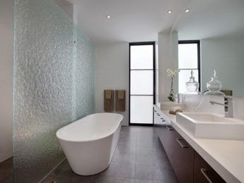 Modern bathroom design with freestanding bath using frameless glass - Bathroom Photo 739555