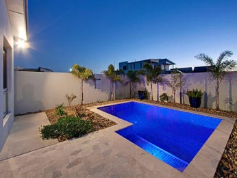 Geometric pool design using pavers with retaining wall & decorative lighting - Pool photo 987070