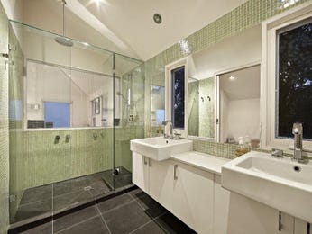 Modern bathroom design with built-in shelving using frameless glass - Bathroom Photo 560373