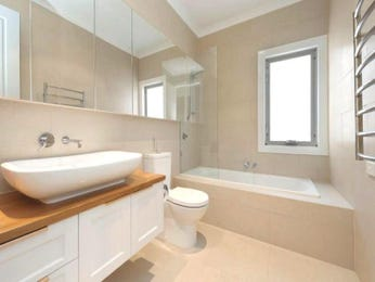 Modern bathroom design with recessed bath using chrome - Bathroom Photo 957801