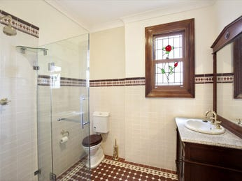 Retro bathroom design with sash windows using tiles - Bathroom Photo 1589167