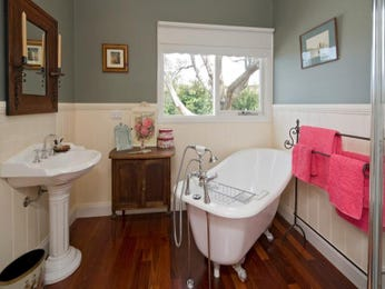 Classic bathroom design with claw foot bath using wood panelling - Bathroom Photo 319036