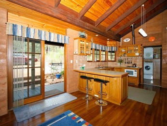 Retro u-shaped kitchen design using hardwood - Kitchen Photo 1223143