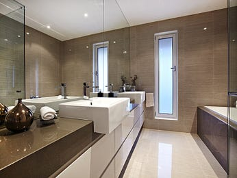 Modern bathroom design with recessed bath using ceramic - Bathroom Photo 998343