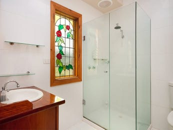 Chrome in a bathroom design from an Australian home - Bathroom Photo 1012437