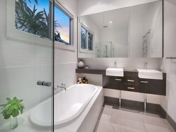 Modern bathroom design with recessed bath using frameless glass - Bathroom Photo 16276929